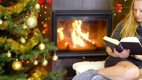 Νέο βιβλίο ανάγνωσης γυναικών στο χρόνο Χριστουγέννων φιλμ μικρού μήκους