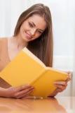 Νέο βιβλίο συνεδρίασης και ανάγνωσης γυναικών Στοκ Εικόνες
