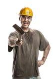 Νέο βρώμικο άτομο εργαζομένων με το σκληρό κράνος καπέλων που κρατά ένα σφυρί Στοκ εικόνα με δικαίωμα ελεύθερης χρήσης