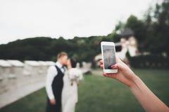 Νέο γαμήλιο ζεύγος που παίρνει ένα selfie τους στοκ εικόνες