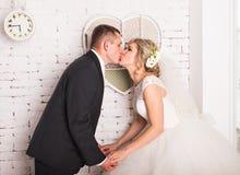Νέο γαμήλιο ζεύγος που απολαμβάνει τις ρομαντικές στιγμές στοκ φωτογραφία