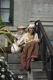 Νέο γαλλικό καναδικό ζεύγος στον παραδοσιακό ιματισμό Στοκ Φωτογραφίες