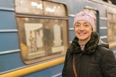 Νέο γελώντας κορίτσι στο υπόβαθρο ενός υπόγειου τρένου Στοκ φωτογραφία με δικαίωμα ελεύθερης χρήσης