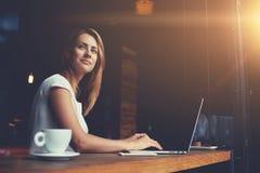 Νέο γοητευτικό θηλυκό freelancer που σκέφτεται για τις νέες ιδέες κατά τη διάρκεια της εργασίας για το φορητό προσωπικό υπολογιστ Στοκ φωτογραφίες με δικαίωμα ελεύθερης χρήσης