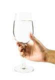Νέο γυαλί κρασιού λαβής κοριτσιών χεριών Στοκ φωτογραφία με δικαίωμα ελεύθερης χρήσης