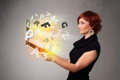 Νέο γυναικείο hoolding σημειωματάριο με τις ζωηρόχρωμες αφηρημένες επιστολές Στοκ φωτογραφία με δικαίωμα ελεύθερης χρήσης