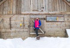 Νέο γυναικών εξοχικό σπίτι θερέτρου κοριτσιών χαμόγελου του χωριού ξύλινο εξοχικών σπιτιών εξωτερικό ευτυχές Στοκ εικόνα με δικαίωμα ελεύθερης χρήσης