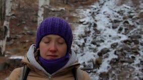 Νέο γυναικών κοντά σε ένα ρεύμα βουνών στη χειμερινή δασική κινηματογράφηση σε πρώτο πλάνο απόθεμα βίντεο