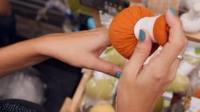 Νέο γυναικών μασάζ χορταριών αγορών ταϊλανδικό και εξαρτημάτων SPA Beauty Spa στο κατάστημα 4K bangkok thailand απόθεμα βίντεο