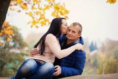 Νέο γλυκό φίλημα ζευγών στο πάρκο φθινοπώρου Στοκ Εικόνες