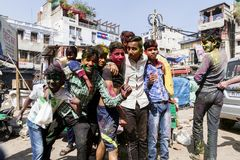 Νέο Δελχί, Ινδία, στις 3 Μαρτίου 2017: Έφηβος που γιορτάζει το διάσημο φεστιβάλ Holi Στοκ Εικόνες