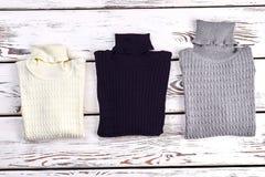 Νέο διπλωμένο πουλόβερ καλωδίων turtleneck Στοκ εικόνα με δικαίωμα ελεύθερης χρήσης