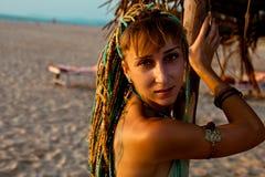 Νέο εθνικό κορίτσι ύφους στην παραλία στοκ εικόνα με δικαίωμα ελεύθερης χρήσης