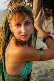 Νέο εθνικό κορίτσι ύφους στην παραλία στοκ φωτογραφία