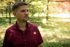 Νέο ελκυστικό άτομο στο πάρκο το καλοκαίρι πορτρέτο ατόμων Στοκ Εικόνα