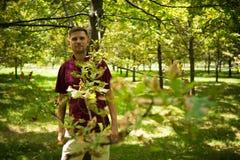 Νέο ελκυστικό άτομο στο πάρκο το καλοκαίρι πορτρέτο ατόμων Στοκ φωτογραφία με δικαίωμα ελεύθερης χρήσης