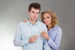 Νέο ελκυστικό ζεύγος με τα ποτήρια της σαμπάνιας Στοκ φωτογραφία με δικαίωμα ελεύθερης χρήσης