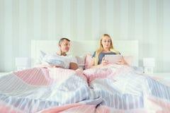 Νέο ελκυστικό ζεύγος στο κρεβάτι στοκ φωτογραφίες