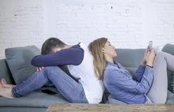 Νέο ελκυστικό ζεύγος στο πρόβλημα σχέσης με την κινητή φίλη τηλεφωνικού εθισμού Διαδικτύου που αγνοεί το λυπημένο παραμελημένο κα στοκ εικόνα