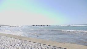 Νέο ελκυστικό κατάλληλο καυκάσιο κορίτσι που τρέχει προς τη κάμερα γρήγορα από την αποβάθρα θάλασσας o απόθεμα βίντεο