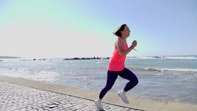 Νέο ελκυστικό κατάλληλο καυκάσιο κορίτσι που τρέχει προς τη κάμερα γρήγορα από την αποβάθρα θάλασσας φιλμ μικρού μήκους