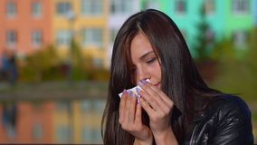 Νέο ελκυστικό κορίτσι, κρύο εξωτερικό, επώδυνος λαιμός, βήξιμο απόθεμα βίντεο