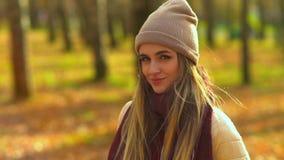 Νέο ελκυστικό κορίτσι στο πάρκο φθινοπώρου εξετάζει τη κάμερα και τα χαμόγελα, παρουσιάζουν διαφορετικές συγκινήσεις απόθεμα βίντεο
