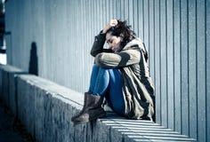 Νέο ελκυστικό να φωνάξει γυναικών που πάσχει από τη συνεδρίαση κατάθλιψης στοκ εικόνες