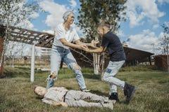 Νέο ελκυστικό mum που έχει τη διασκέδαση με τους γιους της στο πράσινο σύγχρονο πάρκο στοκ φωτογραφίες