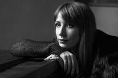Νέο ενήλικο κορίτσι με μακρυμάλλη στο εστιατόριο Στοκ φωτογραφίες με δικαίωμα ελεύθερης χρήσης