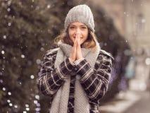 Νέο ενήλικο χειμερινό χαμόγελο χεριών θέρμανσης γυναικών χαριτωμένο Στοκ Εικόνα