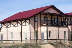 Νέο ενιαίο οικογενειακό σπίτι στην επαρχία Στοκ εικόνες με δικαίωμα ελεύθερης χρήσης