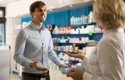 Νέο ενδιαφερόμενο άτομο στο φαρμακείο στοκ εικόνες
