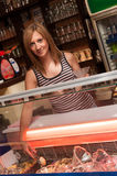 Νέο εξυπηρετώντας παγωτό σερβιτορών Στοκ Φωτογραφία