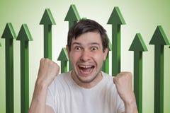 Νέο επιτυχές και ευτυχές άτομο και πράσινα βέλη επάνω στο υπόβαθρο Στοκ Φωτογραφία