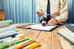 Νέο επιχειρησιακό άτομο δικηγόρων που απασχολείται στη σκληρή τοπ βοήθεια το πνεύμα πελατών του Στοκ Εικόνες