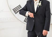 Νέο επιχειρησιακό άτομο που εξετάζει το ρολόι, χρονική έννοια Στοκ φωτογραφία με δικαίωμα ελεύθερης χρήσης