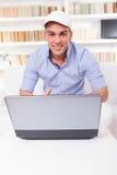 Νέο επιχειρησιακό άτομο που εξετάζει το χαμόγελο οθόνης φορητών προσωπικών υπολογιστών Στοκ Εικόνες