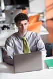 Νέο επιχειρησιακό άτομο που εργάζεται στο φορητό προσωπικό υπολογιστή Στοκ φωτογραφία με δικαίωμα ελεύθερης χρήσης