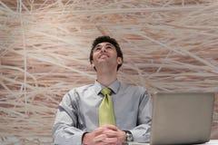 Νέο επιχειρησιακό άτομο που εργάζεται στο φορητό προσωπικό υπολογιστή στο σύγχρονο γραφείο Στοκ φωτογραφία με δικαίωμα ελεύθερης χρήσης