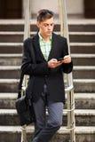 Νέο επιχειρησιακό άτομο που καλεί το κινητό τηλέφωνο υπαίθριο Στοκ Εικόνες