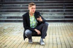 Νέο επιχειρησιακό άτομο που καλεί το κινητό τηλέφωνο υπαίθριο Στοκ φωτογραφίες με δικαίωμα ελεύθερης χρήσης