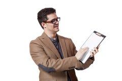 Νέο επιχειρησιακό άτομο που κρατά ένα χαρτόνι συνδετήρων πέρα από την άσπρη ανασκόπηση Στοκ Εικόνες