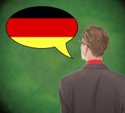 Νέο επιχειρησιακό άτομο που μιλά τα γερμανικά στο σχολικό πίνακα Στοκ εικόνες με δικαίωμα ελεύθερης χρήσης