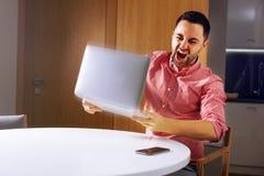 Νέο επιχειρησιακό άτομο που χτυπά τον υπολογιστή Στοκ εικόνα με δικαίωμα ελεύθερης χρήσης