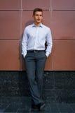 Νέο επιχειρησιακό άτομο σε ένα φωτεινό πουκάμισο Στοκ φωτογραφία με δικαίωμα ελεύθερης χρήσης