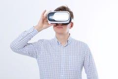 Νέο επιχειρησιακό άτομο στα γυαλιά vr, προστατευτικά δίοπτρα που προσέχει την εικονική πραγματικότητα στο άσπρο υπόβαθρο Διάστημα Στοκ Φωτογραφία