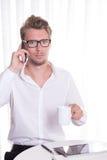 Νέο επιχειρησιακό άτομο στο τηλέφωνο που φαίνεται φοβησμένο Στοκ φωτογραφίες με δικαίωμα ελεύθερης χρήσης