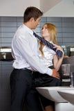 Νέο επιχειρησιακό ζεύγος που φλερτάρει το ένα με το άλλο washroom γραφείων Στοκ εικόνα με δικαίωμα ελεύθερης χρήσης