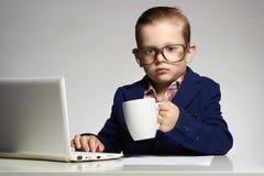 Νέο επιχειρησιακό παιδί με τον υπολογιστή στοκ εικόνες